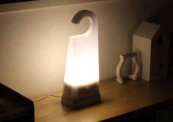 こちらの「LED持ち運びできるあかり」は、ハンガーのようなユニークな持ち手のデザインが特徴的。フックやポールなど、好きな場所に引っかけて使用できる便利なアイテムです。日常使いはもちろんのこと、停電時の非常灯としても重宝しますよ。