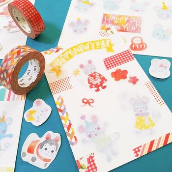 マスキングテープやシールを自由に組み合わせて、カラフルで楽しい年賀状を。この方法なら子供でも気軽に挑戦できるので、お子さんと一緒に年賀状作りができますね!