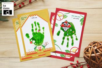 手のひらをスタンプにしてしまうというアイデアもおすすめです。手形の上にシールやペンでイラストを添えても◎ 世界にひとつしかないオリジナリティあふれる年賀状に!