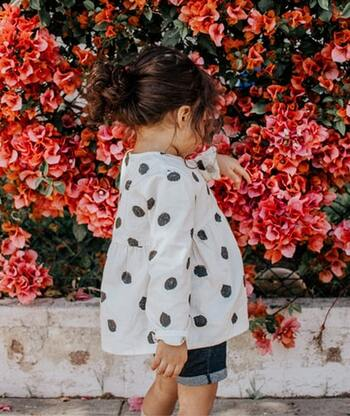 また、小さな子どもたちにとっては身近な自然と触れ合う機会にもなります。普段あまり気に留めることのない、庭先の植物や鳥の声、小さな虫たち。四季ごとに変化する自然のそばで家族と遊ぶ楽しいひとときは、きっと子どもたちの記憶にもずっと残っていくはずです。