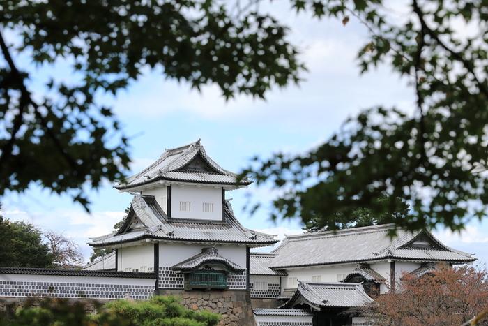 金沢城は、戦国時代から安土桃山時代に活躍した武将、佐久間盛政によって1580年に築城された城です。その後、1583年、加賀藩を統治することになる前田利家が金沢城に居城するようになってから本格的な城造りが始まりました。