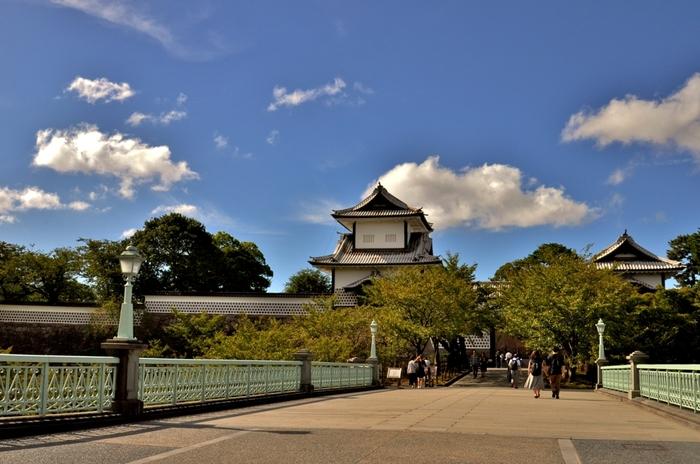 2層2階建ての石川櫓が隣接している金沢城への玄関口となっている石川門は、白亜の壮麗な姿から「白門」とも呼ばれている美しい門です。