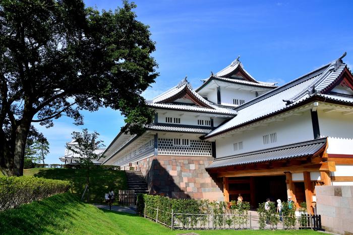 石川門をくぐり抜け、三の丸広場を通り、二の丸への入口となっている橋爪門は、金沢城二の丸の正門です。この門は、高麗門形式をした門で、金沢城では最も格式の高い門です。