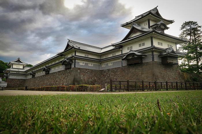 橋爪門に隣接している橋爪門続櫓は、金沢城において重要な役割を担っていました。この櫓からは、三の丸から二の丸へ向かう人々を監視するという役割を果たしていました。