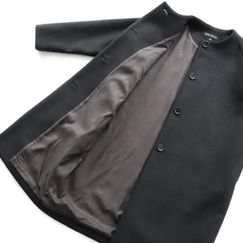 カジュアルからビジネスシーンでオンオフ問わず活躍してくれるウールコート。目の詰まった圧縮ウールや裏地付きを選ぶと、とても暖かいですよ。