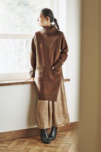 トレンド感のある長めのタートルニットは、ロングスカートと合わせると今年らしい着こなしに。ミディアム~ロングヘアの方は髪の毛をまとめることで、よりスッキリとみせることができますよ。