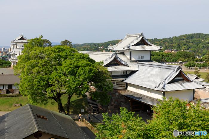1602年に天守が落雷によって焼失したため、金沢城には姫路城のような天守閣はありません。しかし第二次世界大戦の戦禍を免れ、石川門をはじめ重要な史跡が数多く現存している金沢城は「日本100名城」に選定されています。