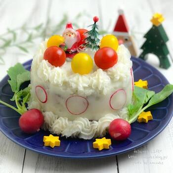見た目は普通のケーキのようですが、ハンバーグを土台にしてポテトクリームでデコレーションしたおかずケーキになっています。卵を使わない豆腐ハンバーグでできているので、アレルギーがあってもOK。ソースなどで味をプラスすれば大人も美味しく食べれます。