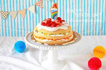 こちらは、なんとスポンジが炊飯器で作れるケーキ。初心者でも簡単なデコレーションで、果物は細かく切って赤ちゃんにも食べやすいように…など、ママにも赤ちゃんにも優しく考えられたレシピです。