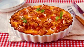 りんごで作られたバラの飾りがゴージャスなケーキ。温かい状態でも、冷たい状態でもおいしく食べられます。
