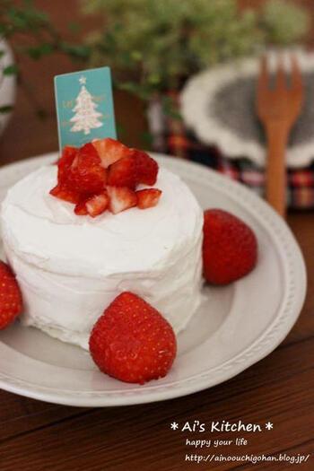 食パンをスポンジ代わりに使って、水切りヨーグルトとフルーツでデコレーションした赤ちゃんケーキです。こちらはクリスマスの飾りがついていますが、フルーツやデコレーションを工夫することで、その季節やイベントに合ったおしゃれなケーキになりますね!