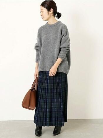 冬にほっこりと着回したいチェックのプリーツスカート。肉厚で着丈のあるものを選べば、シンプルなプルオーバーと合わせるだけでコーディネートが綺麗にきまります。