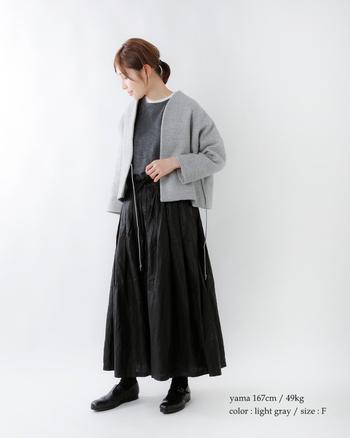 上質なジーロンラムウールを使用したノーカラージャケットに黒を基調としたコーディネートを合わせた大人シックなコーディネート。ふんわりとした黒スカートがジャケットとのバランスが良く、かわいらしく落ち着いた印象です。