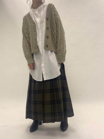この秋冬トレンドとして海外ブランドなどでも多用されているクリーンな白シャツをスカートとコーディネート。今っぽさ抜群のバランスに。