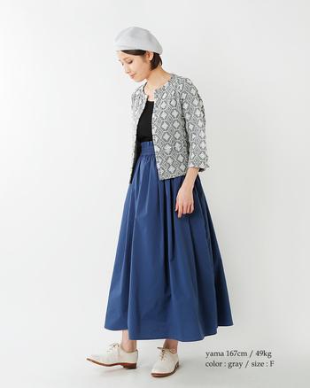 オリエンタルな刺繍柄ノーカラージャケットと、たっぷりギャザーのウエストギャザーロングスカートを合わせて。小物は白でまとめてすっきりと、ジャケットがポイントの大人ガーリーコーデです。
