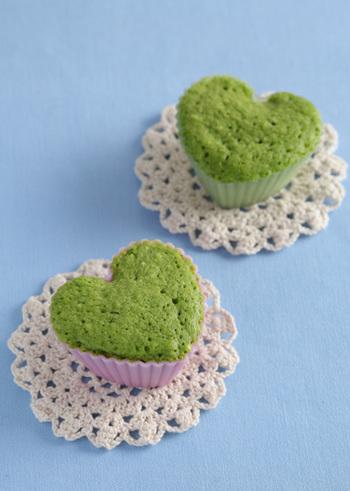 ほうれん草を使ったカップケーキ。これ一つで炭水化物・たんぱく質・野菜がすべて摂れるケーキです。ハートやお花など、かわいい型を使えばお誕生日にもぴったり。