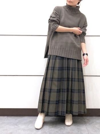 チェック柄のスカートは、トップスの色に迷ったらチェック柄の中から一色ピックして色調を合わせてみて。簡単に統一感のあるクリーンな印象のスタイルの出来上がり。