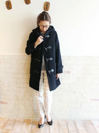 大人の女性なら、冬が来るのが楽しみになるような仕立ての良いダッフルコートを一着持っていたいもの。こちらはチェック柄パンツと合わせてカレッジライクに着こなし。