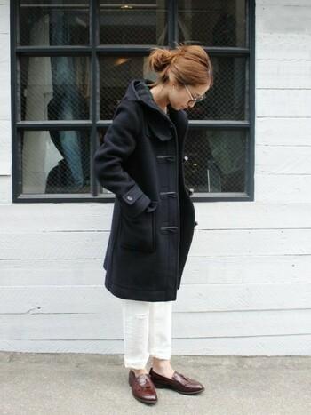 ダッフルコートを大人らしくクリーンに着こなすなら白パンツ&ローファーの組み合わせもおすすめのコーディネートです。