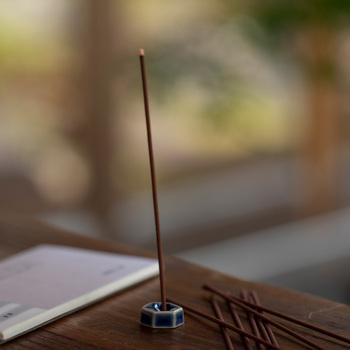 現在もっとも身近にあるお香が「線香」ではないでしょうか。線のような棒状のお香の先端に火をつけて香りを楽しみます。