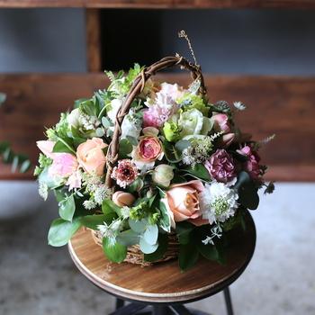 生花やドライフラワーを使ったセンスあふれる花束は、贈る人をイメージして作ってもらうことができます。イクスのお花を引き立てるアンティークな花器も人気があり、すぐに売り切れてしまうことも多いんだとか!