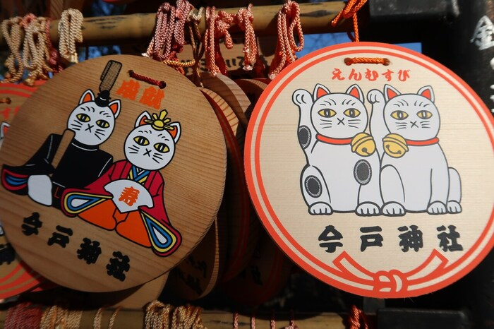 今戸神社は招き猫の発祥の地ともされているため、境内には招き猫に関するものがたくさんあります。お子様や猫好きの方は特に楽しめるでしょう。「ご縁」をかけた丸い円状に縁起の良い招き猫の絵柄が書かれた絵馬も人気です。