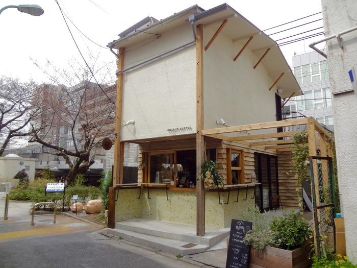 コーヒー通御用達の人気コーヒースタンド「ONIBUS COFFEE NAKAMEGURO」は、古民家をリノベーションして作った温もり溢れるおしゃれコーヒースタンドです*
