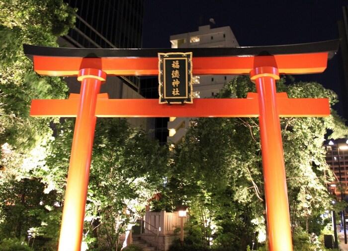 東京の日本橋と大都会に建っている神社です。すぐお隣には大型商業施設のコレド室町が経っているなど、大変現代的な神社といえます。地下鉄各線の「三越前駅」から徒歩1分とアクセスも大変良いです。夜にはライトアップもされるため、厳かで美しい景色と出会えますよ。
