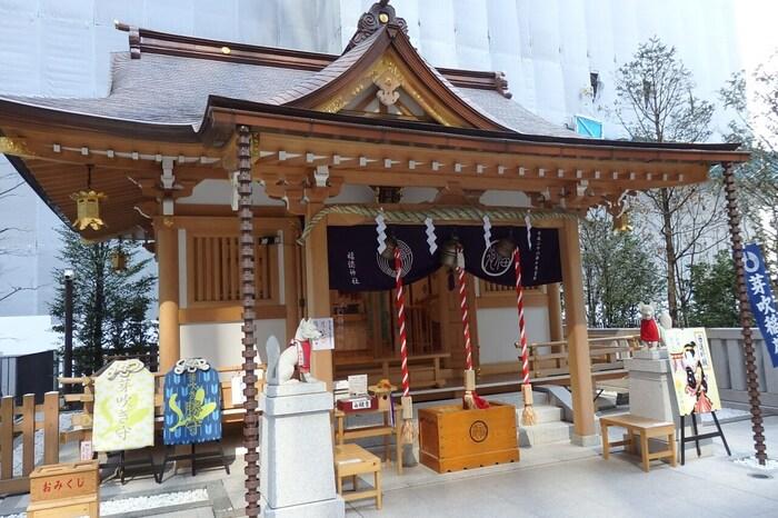 現在では都会の真ん中となりましたが、860~876年には既にこの地に建っていたといわれる歴史と由緒ある神社です。こちらの神社の大きな特徴は「宝くじ」に関するご利益があるとされていることです。これは、福徳神社が唯一民間で「富くじ」の販売を許された歴史から広まったとされています。