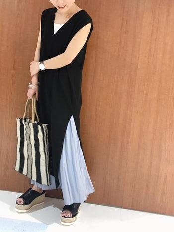 マキシ丈のフレアスカートをレイヤードすれば、涼やかなコーデが完成します。スリットから揺れるドレープが女性らしさを醸し出します。