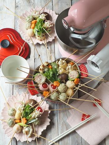 えびを団子状にして串に刺せば、みんなで楽しめる鍋に。他の具材も一緒に串に刺して鍋に入れましょう。取りやすいので、大人数で食べるときにおすすめです。