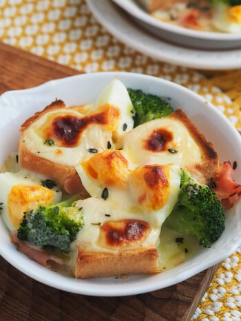 ホワイトソースではなく、牛乳と片栗粉、チーズを溶かして作るチーズソースを使って、とろみをつけています。 ポイントは。↓↓