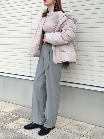 ペールカラーが大人っぽいダウンコート。ボリューム感があるアウターも、ショート丈でバランス良く。ニュアンスカラーでまとめた今年らしいスタイリングです。