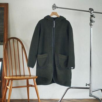 肉厚なPOLARTEC®︎ 300SERIESを使用した軽くてあたたかいフード付きコート。裏面はボア仕様で、フードやポケット口にもボアが配されており、ムートンコートの様なディティールに仕上げられた一枚。