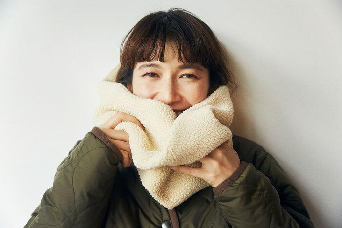保温性に優れている、POLARTEC®︎ Thermal Pro®︎を使用したシープ ボアの「スヌード」。首元からくる寒さにもばっちり守ってくれる優れもの。顔が埋もれるくらいのもこもこ感がコーデのポイントになります。