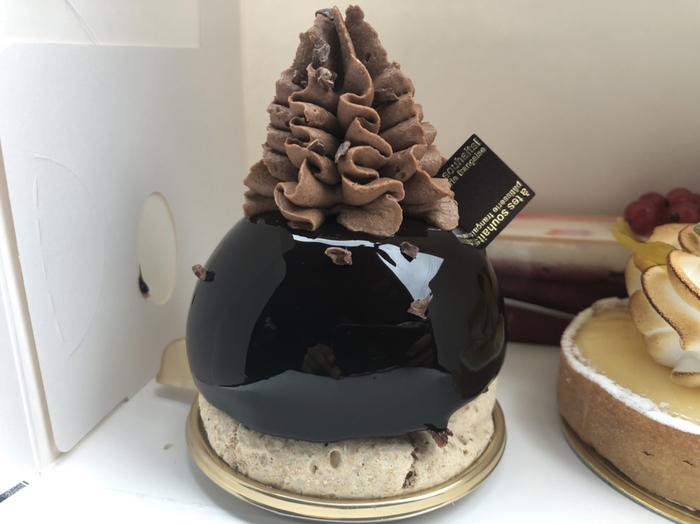 「フュージョンショコラ」も、アテスウェイのチョコレート系ケーキの人気スイーツ。メレンゲのうえで、チョコのムースやガナッシュを堪能できる逸品です。