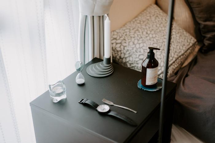 ベッドサイドにもキャンドルが。 火を灯さなくとも、置いてあるだけでゆったりした空間になるから不思議。 電気を消してお部屋中のキャンドルを灯したら、幻想的な雰囲気になりそうですね。