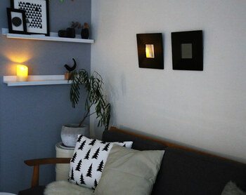 点灯すれば間接照明のように、ほんのり柔らかな灯りが楽しめます。 ソファやベッドサイドのような火を使うのがためらわれる場所に最適。