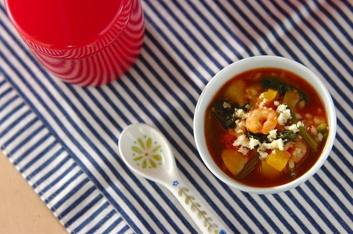 シーフードの旨みたっぷりのトマトリゾット。下ごしらえをした食材をスープジャーに投入したら、あとは保温調理におまかせ。朝に用意して、お昼には食べごろになっています。