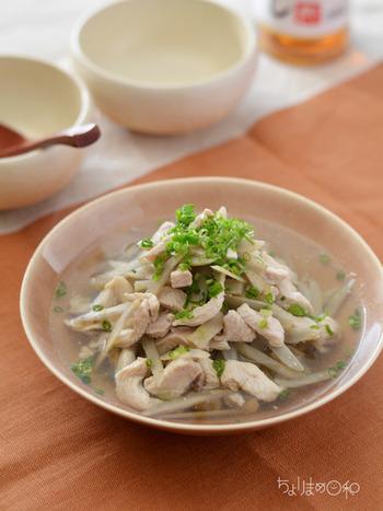 ごぼうの風味が白だしと合わさって、やさしい仕上がりに。さっと煮て完成するスピードレシピなので、忙しいママにも◎身体の中から温まりますよ。
