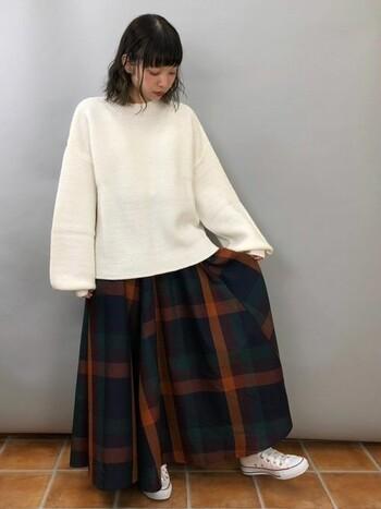 大きいサイズのスカートをゆるっと履くことで、履き心地が楽なだけでなく、シルエットにもリラックス感が生まれます。時代とともに着こなしも移り変わってゆきますね!  では、さっそく【スカート別】&季節ごとにチェックロングスカートの着まわしコーデを見ていきましょう!