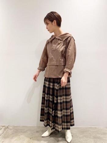 ブラウンスカートにトーン違いのブラウントップスを合わせて、統一感を。アクセントに足元を白のブーツで仕上げればミルクティーカラーコーデの完成です。