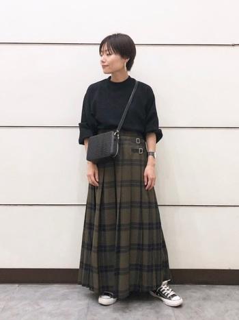 黒小物&黒トップスを合わせることで、スカートが引き立ち、シンプルながらもお洒落度の高いコーデに仕上がります。