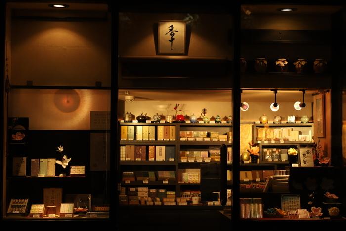 天正年間に京都で創業したお香の老舗「香十(こうじゅう)」。400年以上に渡り、その香りの伝統を守り続けてきました。古くから愛されてきたの香十練香や、貴重な香木から作られたお香やお線香、気軽に日常使いできるオードトワレまで、幅広いお香を取り揃えています。