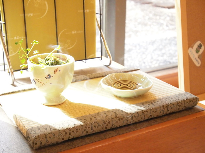 日本に古くから伝わる香りの文化「お香」。時間をかけてその香りと向き合うことで、じっくりと聞こえてくるものがあるはずです。お香を心の中で味わって、ちょっと贅沢なひとときを過ごしてみませんか?