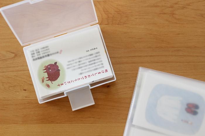 100均は便利なプラスチック製品の宝庫です。はがきケースは半透明で開け閉めしやすい。ジャストサイズできっちり入れられるから気持ちよい。