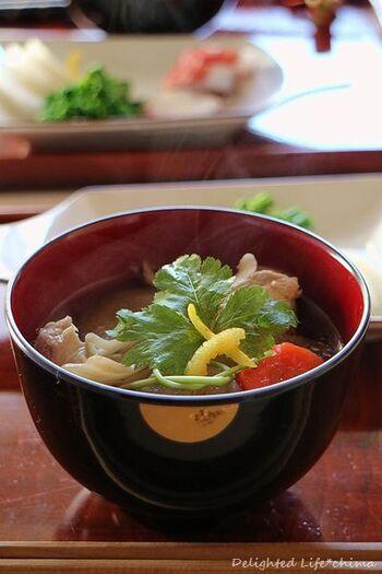 広大な大地の北海道。道内で味付けは変わりますが、かつおだしで甘めの醤油ベースのものや、石狩鍋風のお雑煮があり、鮭が入ったりイクラやなるとを乗せるのが印象的な北海道のお雑煮です。