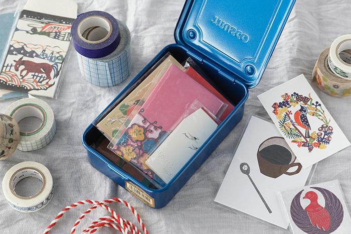 スチール製のツールボックスはスタッキングもできる便利もの。細々とした文房具やカードの整理にもぴったりです。