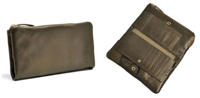 上記モデルの長財布タイプ。お財布の整理整頓が叶う抜群の収納力は、一度使えばやみつきになるほどの使い心地です。 カードの収納はもちろん、探しやすさも考慮された設計で、フリーポケットにはパスポートなども収納可能。また、チケットや小さなパンフレットなどを挟むことができる便利なホルダーも付いています。 いつものお財布でも、旅先のお財布でも、リュクスな「メタリックカラー」で上品さを纏えるアイテム。