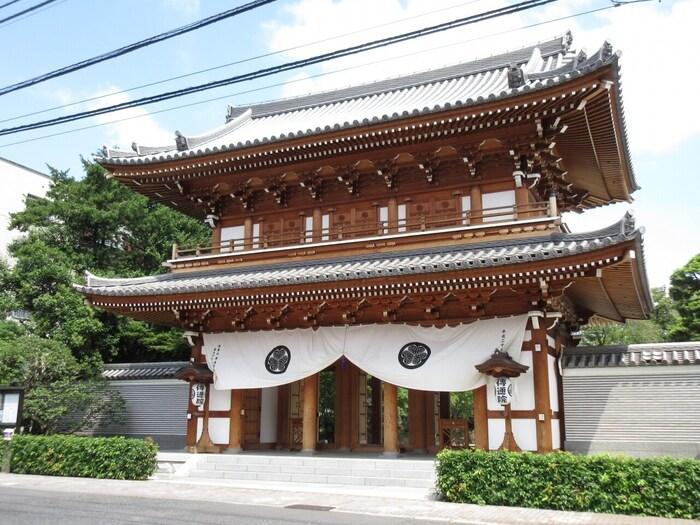 東京都文京区、東京ドームより徒歩10分程の場所にある浄土宗のお寺です。敷地内には徳川家の墓域があり、二代将軍徳川秀忠の娘である徳川千姫のお墓をはじめ、徳川家由縁の方のお墓が多数ある場所として有名です。